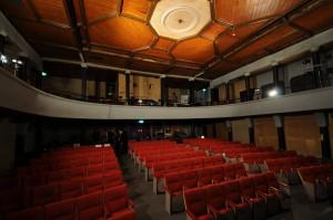 世界館の天井と座席